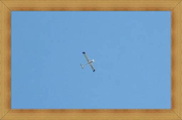 Aeroklub Olsztyn samolot na bezchmurnym niebie.